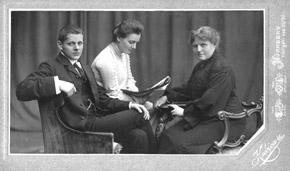 Luise Kiesselbach mit ihren Kindern Gusta und Fritz ca. 1904?